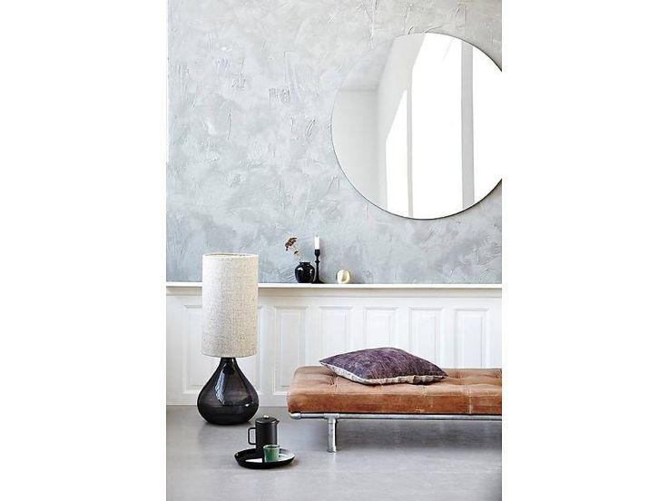 Cu un design suplu si elegant, lampa Club face noptile tarzii petrecute la birou sa treaca mai usor.