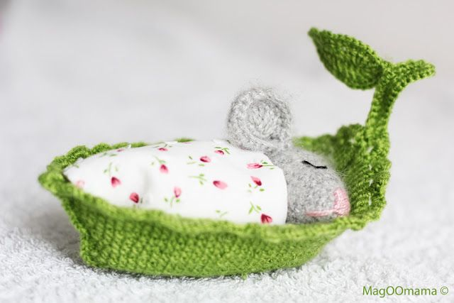 Crocheted mouse in a little leaf boat bed: made by http://magoomama.blogspot.it/