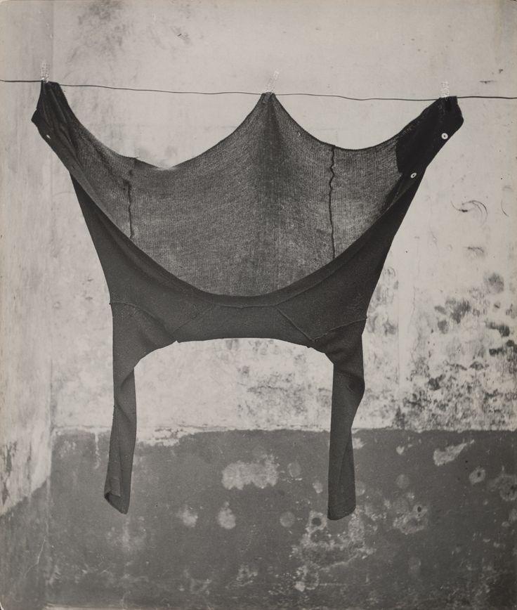 Untitled, Henri Cartier-Bresson, 1931, https://www.moma.org/collection/works/48435?locale=es Así se ve en el museo (mayo 2017): https://www.facebook.com/marcela.spezzapria/posts/1478967335482658?pnref=story