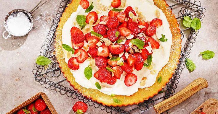 Mazarintårta, en sagolik tårta att bjuda på till fikat! En härlig botten, med mycket smak från mandelmassa och mandelmjöl, som du kan göra i förväg.