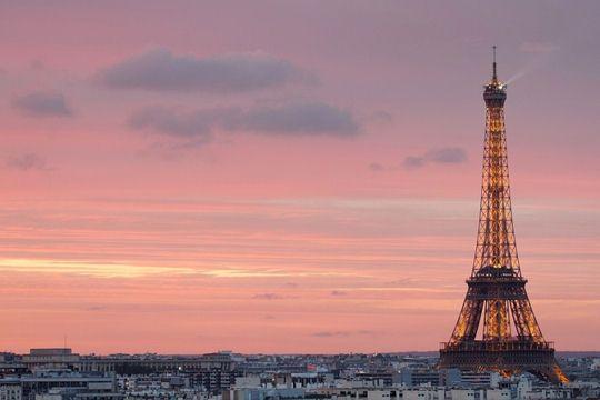 Soirée parisienne. La Tour Eiffel pointe son nez dans un ciel rose. © Bertrand Kulik