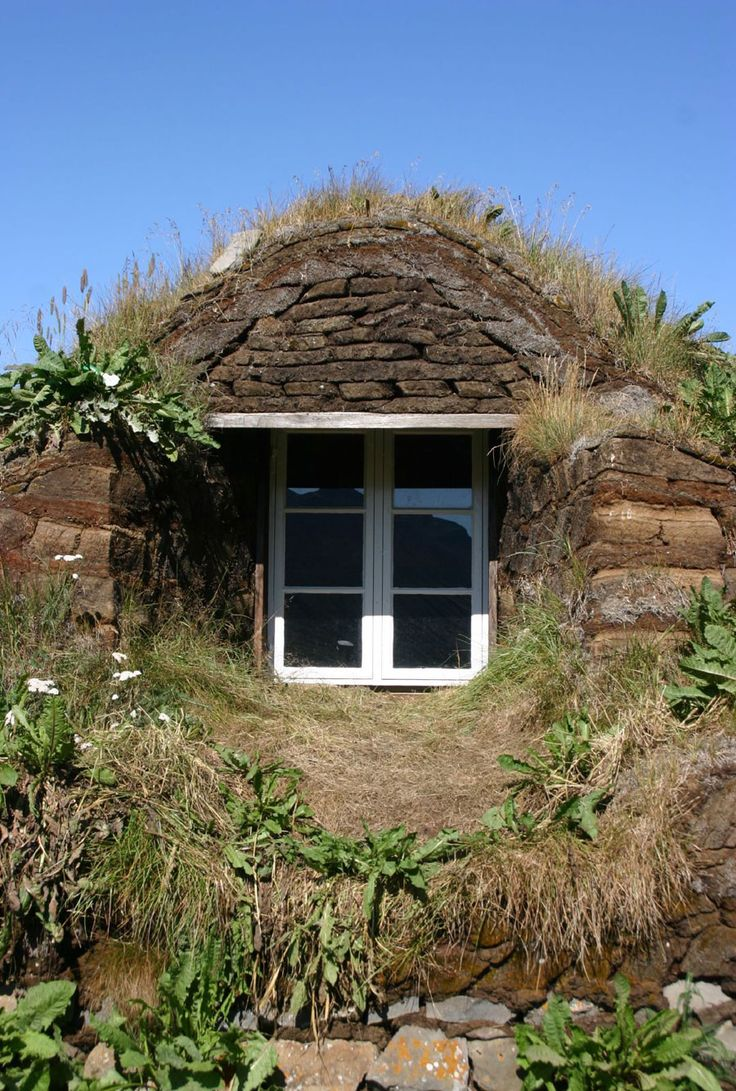 105 best images about hobbit house on pinterest dome for Modern hobbit house