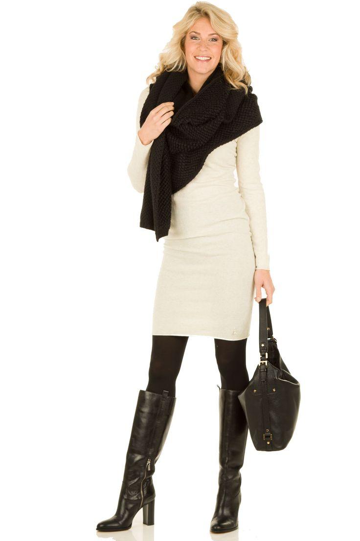 Sjaal Marpessa | zwart lange laars witte of grijze jurk