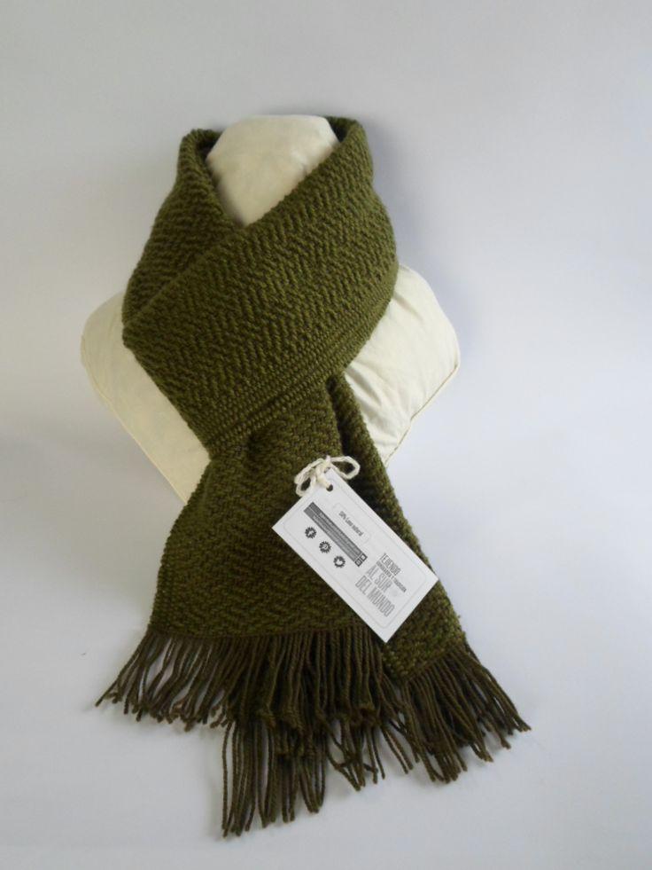 Bufanda verde 50% lana natural, que tejí en telar con un diseño de cuatro cuadros. Cálida, liviana y suave.