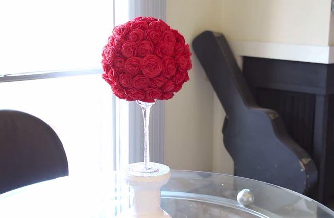 Sfera di rose di carta crespa http://www.lovediy.it/sfera-di-rose-di-carta-crespa/ Una sfera di rose di carta crespa per un #matrimoniofaidate!