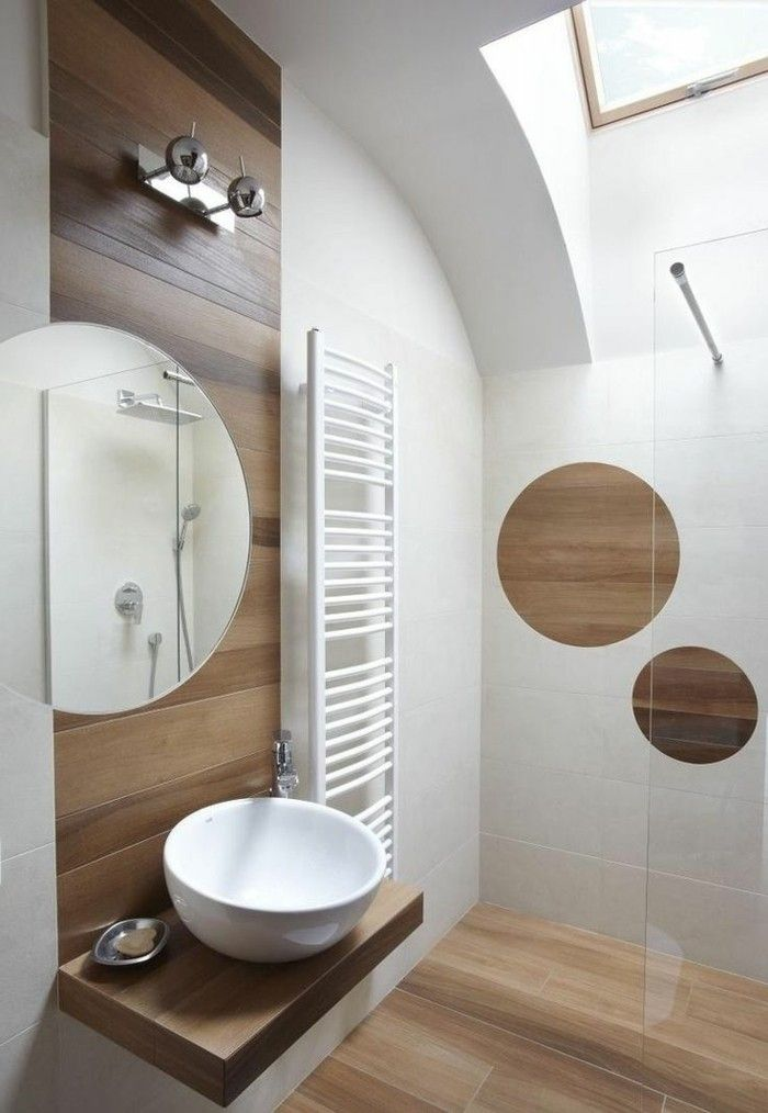 jolie salle de bain blanc marron, intérieur en bois clair