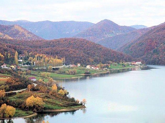 Lacul Cincis este un lac de acumulare din jud. Hunedoara. Lacul Cinciș este de unul dintre cele mai mari lacuri din Transilvania, acesta avand o adancime de 48m, si o suprafata de aproximativ 200 ha.