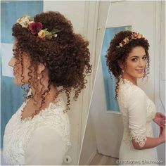 O look perfeito para as noivas moderninhas é o coque com mechas soltinhas, no estilo messy, e finalizado com uma tiara de flores nas cores do casamento