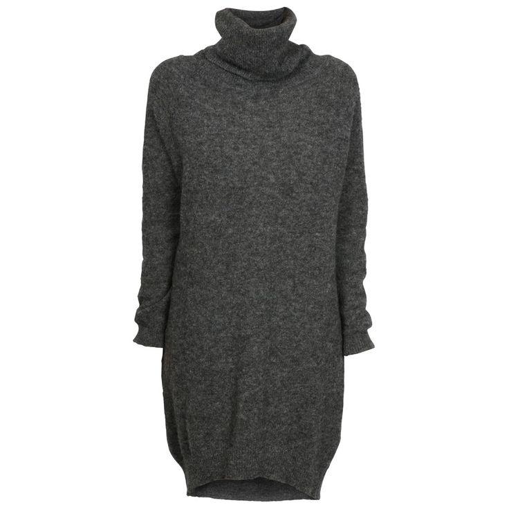 Arnie Says strikkekjole i mørk grå. Modellen har høy hals. Er halvlang og rekker…