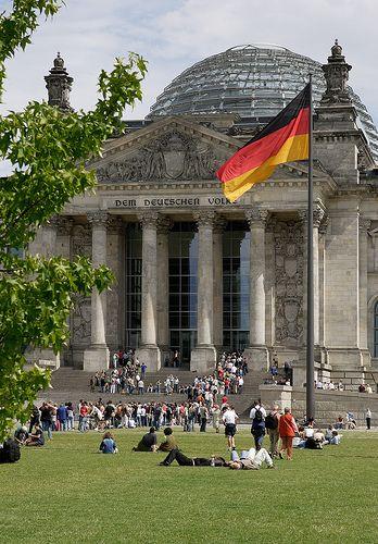 Jour 1. Reichstag, Berlin. Après la réunification allemande du 3 octobre 1990, le parlement allemand (Bundestag) décide le 20 juin 1991 le déménagement du parlement et du gouvernement fédéral de Bonn (Bundeshaus) à Berlin, et sa réintégration dans le palais du Reichstag.