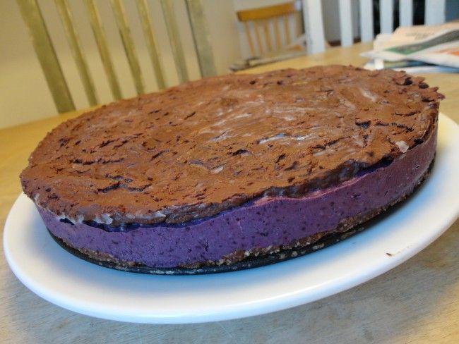 Recept: Raw blåbär-och jordnötscheesecake med banan och choklad
