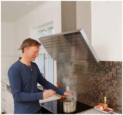 Vil du gerne kunne føre en almindelig samtale i køkkenet, selvom emhætten kører? Løsningen kræver kun et enkelt hul i muren! Se her hvordan du gør.