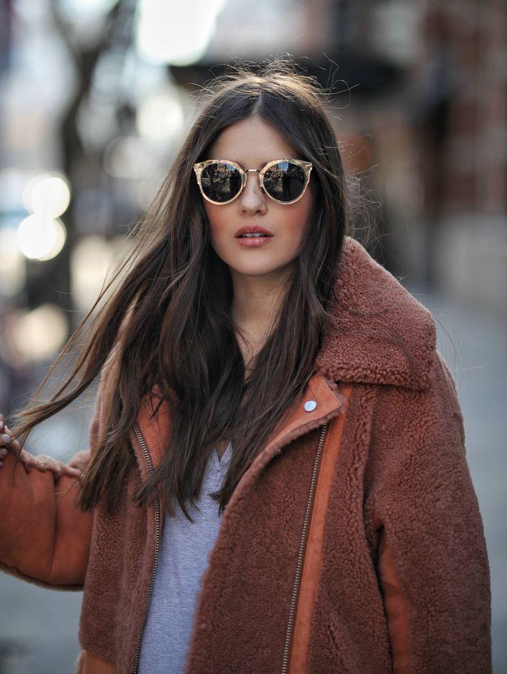 Las chamarras de borrego es ideal para el clima de invierno, como la que trae puesta Paola Alberdi de Blank Itinerary.