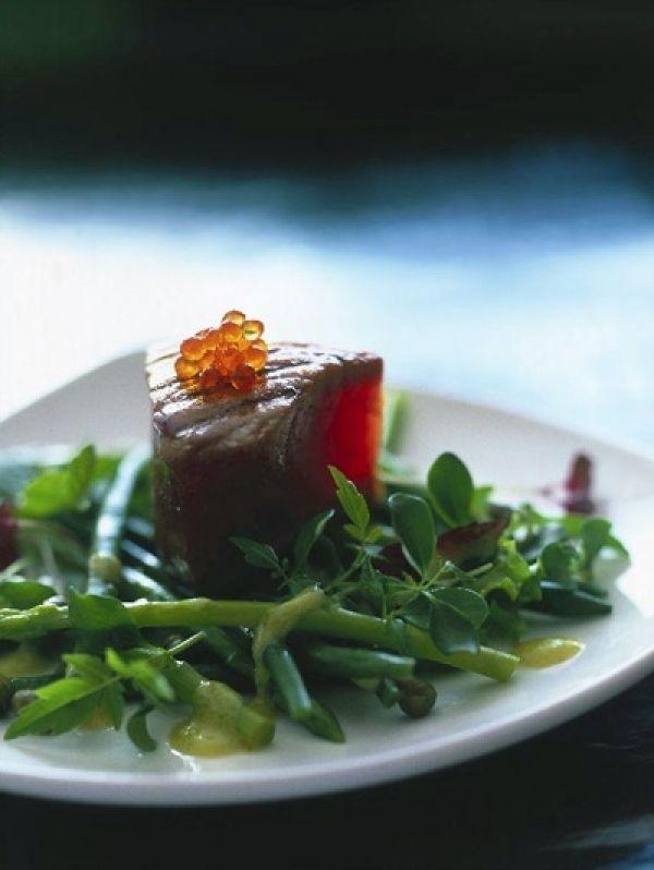 BEREIDING Meng alle ingrediënten voor de marinade en marineer de tonijn ong 30 min.   Blancheer de haricots verts kort in lichtgezouten wat...