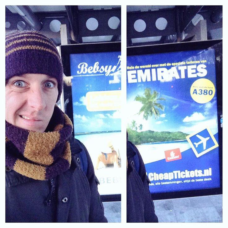 dieter staat bij reclamebord vol met vakantieaanbiedingen. het wel prachtig op bord. mmmm maar of die het doe ;-)
