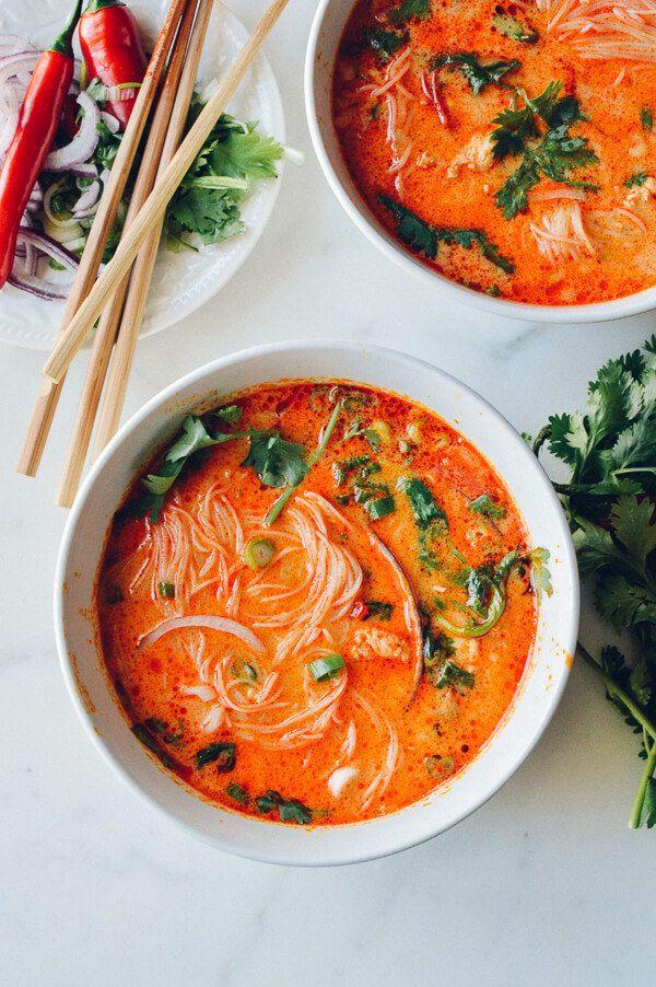 Sopa de curry, coco y fideos, lista en 15 minutos. | 15 Sopas que realmente te curarán un resfriado