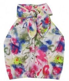 Vrolijke gekleurde hippe top met een strik in de hals en elastiek in de onderrand. Lekker zomers dit topje uit de nieuwe zomercollectie van VinRose kinderkleding.    Op voorraad. Diverse maten beschikbaar