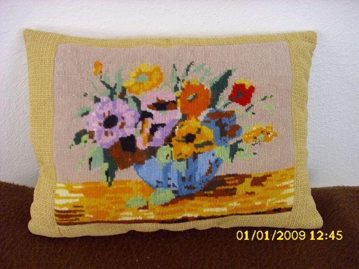 polštářek s květinami (výšivka)