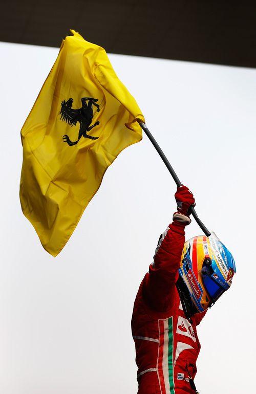 Fernando Alonso alza la bandera de Ferrari
