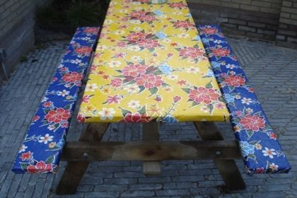 Een origineel idee van Mireille van Beek uit Doetinchem. Kitsch Kitchen tafelzeil 'Fortin' als bekleding van een picknicktafel.