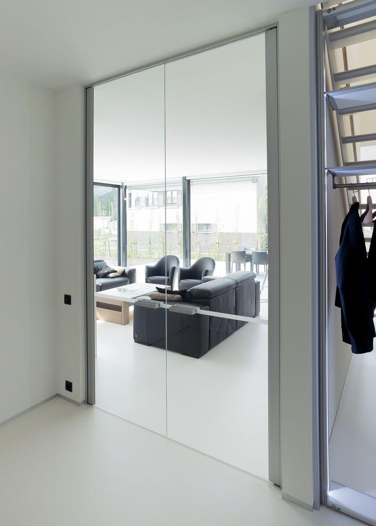 Dubbele glazen deur tussen inkom en woonkamer.