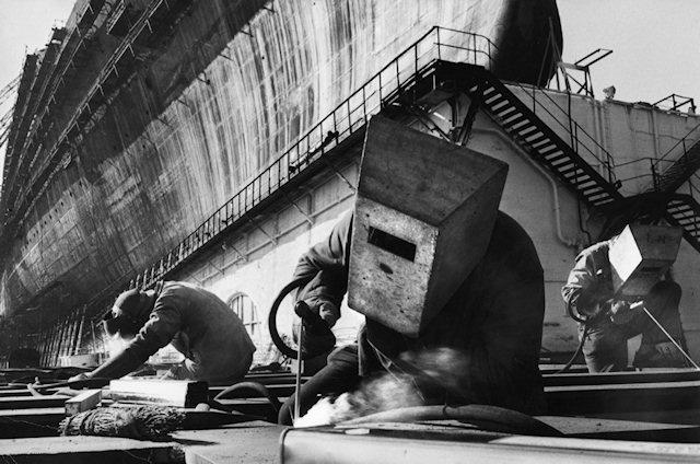 """Construction du paquebot """"France"""", 1959 By Marc Riboud."""