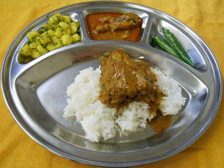 aouthi  画像は、家庭的な南インドのチキンカレーです。   最近流行っている南インドのカレーを作って見ませんか。  まずは、常備しておいてほしいものを。   ココナッツミルク缶(紙箱)、トマトホール。スパイスは、クミン、コリアンダー、チリ、ターメリックのパウダーとガラムマサラ。ニンニク、ショウガ(チューブでも可)。  そして、マスタードの種、こちらはブラウンとイエローがあり、どちらでもいいですが、南インドはブラウンです。  さあ、あとはチキンとタマネギがあれば、おいしいカレーが。   まず、鍋にサラダ油を多めの60cc入れ、冷たい内にマスタードの種を小さじ2ほど(渡辺玲さんの直伝)加え、パチパチとはじかせる。この時点で、もう南インドカレーの香りがします。  そこにタマネギ1個のスライスを入れて、ゴールデンブラウン色以上にし、ニンニクとショウガを小さじ1強ずつ入れます。  ここに、クミン、コリアンダー、ターメリック、チリのパウダーを各小さじ1入れ、かき混ぜ、トマトホール1/2缶分を足して、ペースト状になるまでよく練り、油と分離するまで炒めます。…