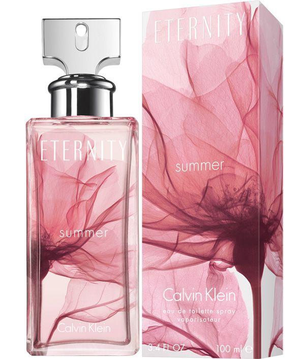 Perfume veraniego de Calvin Klein en su edición de 2006. Eternity Summer es un floral fresco con notas de madreselva y jazmín, tocado con acentos verdes. Una pizca de notas frutales anima el conjunto, que evoluciona hacia una estela más almizclada que el original.