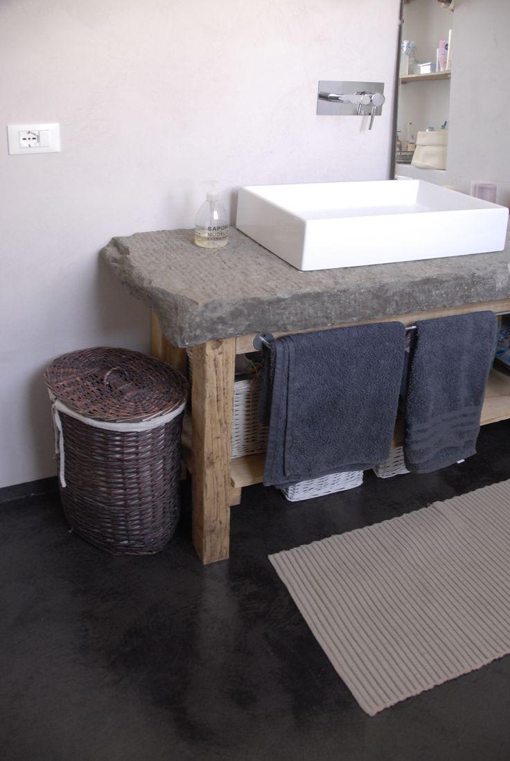 mobile bagno DIY pietra di recupero con gambe di legno recuperato pavimento in resina nera