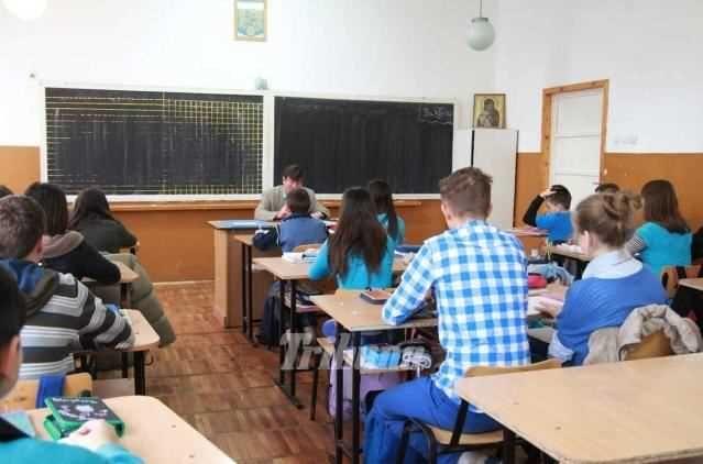 Studierea a cel putin doua limbi straine, mai mult accent pe stiinte, pastrarea celor cinci ore de Romana de la clasa a V-a