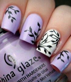 Unghie lilla e bianche con disegni neri
