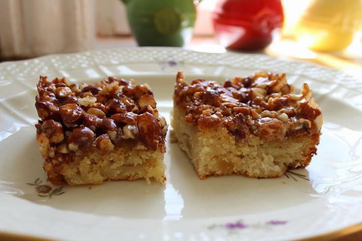 Luksus æblekage med marcipan og et låg toscatoppin...