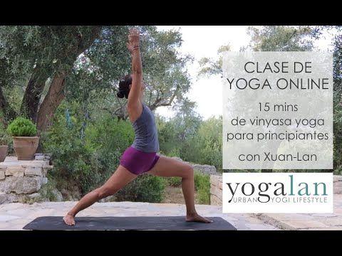 Clase de yoga vinyasa para principiantes con respiración y asanas básicas