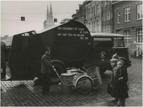 'Een vuilnisbelt op straat of plein. Dat kan toch uw belang niet zijn', staat te lezen op de vuilniswagen van de Eindhovense gemeentereiniging anno 1950. Foto A.W. van de Kerkhof – collectie RHCe.
