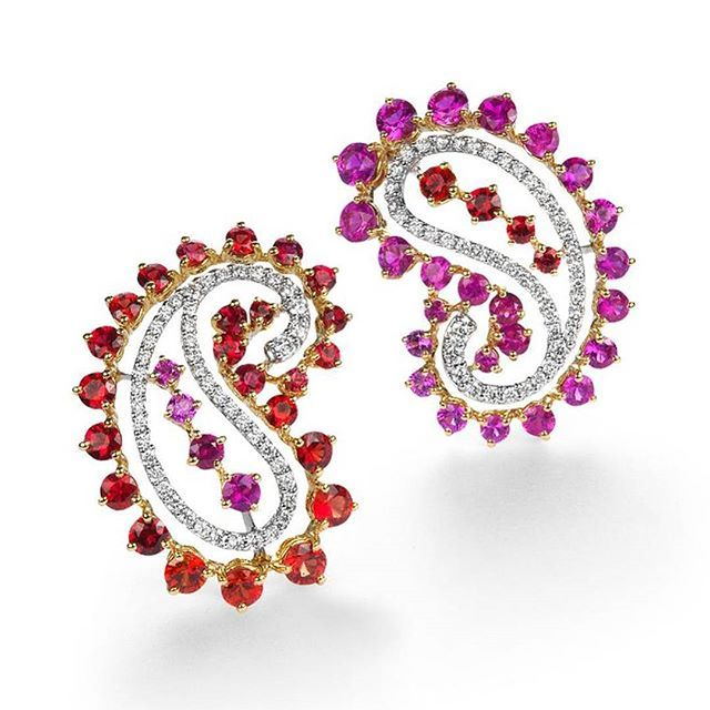 Mismatched earrings by Qayten from the Paisley collection 😄🙋😃 White diamonds with pink & red sapphires 🎇🎉🎆🎊 __________ Pendientes desiguales de Qayten de la colección Paisley 😚👍😙 Diamantes blancos con zafiros rojos y rosas 🎉🎆🎊🎇 __________ #DeJoyaEnJoya #FromJewelToJewel #JewelryBlog #QayenJewelry #qayten #ItalianJewelry #ItalianDesign #design #MadeInItaly #paisley #MismatchedEarrings #PendientesDesiguales #earrings #pendientes #ohrringe #BouclesdOreilles #orecchini #diamonds…