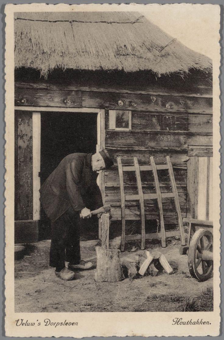 Man in Veluwse streekdracht, aan het houthakken. Op de achtergrond een deel van een boerderij of schuur. 1921-1945 #Veluwe #Gelderland