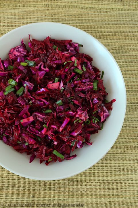 Salada de beterraba com repolho roxo fatiado, um toque de verde com cebolinha picada e outro toque de crocância com sementes de papoula.