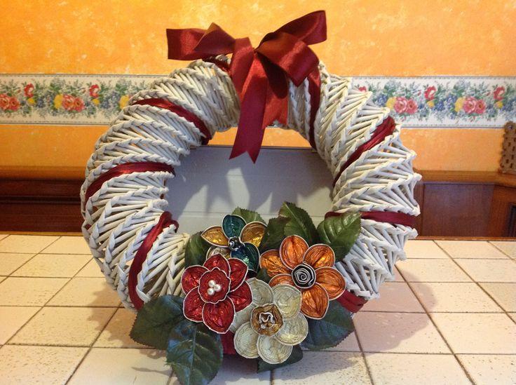 Ghirlanda con cannucce carta e fiori fatti con capsule del caffe'