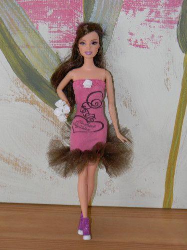 Voici plusieurs modèles de petits vêtements pour poupées Barbie ; c'est tout simple à faire et en plus ça ne coûte pas cher ! J'ai utilisé : des chaussettes enfant, un morceau de pantalon, un bas de jean coupé pour un ourlet, du satin coupé dans une housse...