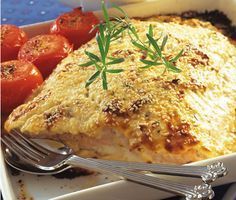 Lindas laxgratäng - Ett utsökt recept på saftig laxgratäng. Du gör gratängen av bland annat laxfilé, chèvre, crème fraiche, soltorkade tomater och sesamfrön. Servera fisken med potatismos.