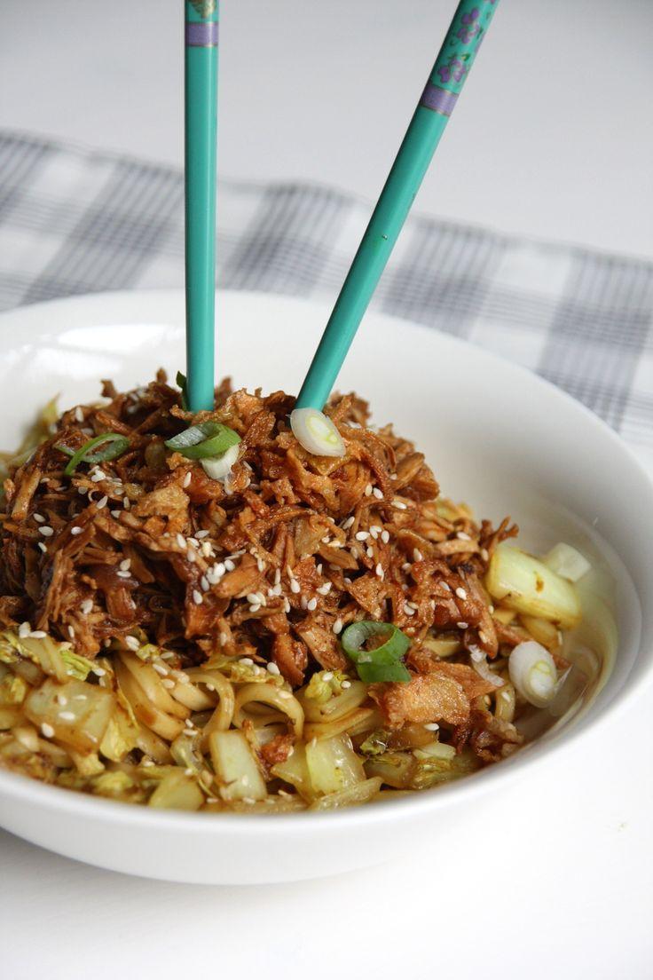 Roerbak noodles met Chinese kool en cola kip