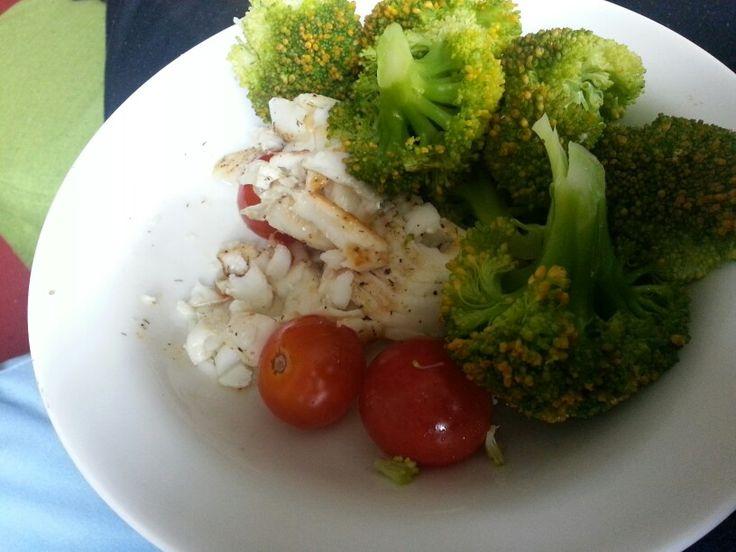Schelvis,  gestoomde broccoli en tomaatjes.  Caloriearm,  simpel, lekker!