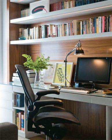 No escritório, os arquitetos fixaram uma estante na parede em que se encaixa...