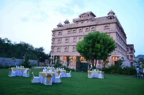 The Heritage Palace - Doté d'un restaurant multi-cuisine, l'hôtel The Heritage Palace est situé à Jaipur, à seulement 100 mètres du Jal Mahal. Le superbe fort d'Amber et le palais Hawa Mahal sont à 1 km. Vous bénéficierez d'une connexion Wi-Fi gratuite. Adresse The Heritage Palace: Near Jal Mahal, Amer Road 302002 Jaipur