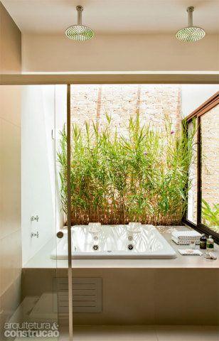 Sonho de consumo do proprietário, o banheiro se desdobra numa área com cobertura de vidro, endereço certo de uma hidromassagem (Jacuzzi) que permite relaxar e ver o céu. Para o conforto do casal duas duchas equipam o boxe. Projeto da arquiteta Paula Bittar.