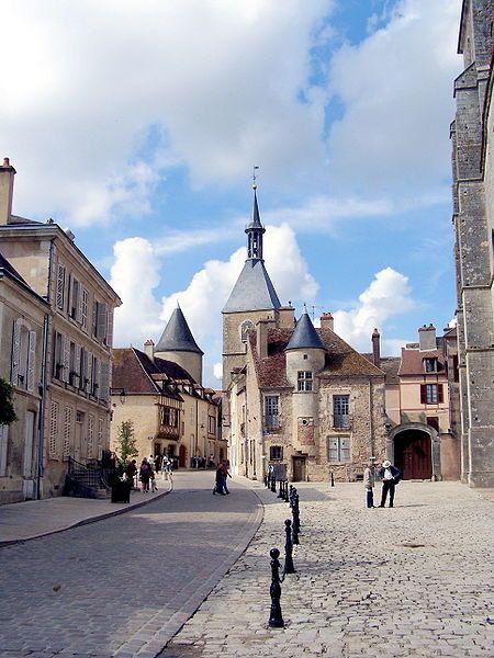 Avallon 89 - Bourgogne : au fond : la maison des Sires de Domecy, à g. l'ancien Tribunal d'Instance, à dr. la Collégiale St Lazare
