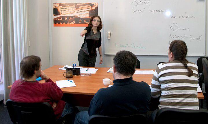 Le-francais http://www.le-francais.ru/  Это сайт для тех, кто хочет овладеть современным французским разговорным языком, не тратя на занятия лишнего времени. Каждый урок снабжен аудиоматериалом — записями с реальных уроков французского, которые ведет остроумный и веселый преподаватель. Словарный запас пополняется преимущественно во время диалогов, что позволяет сосредоточиться на наиболее употребимой лексике.