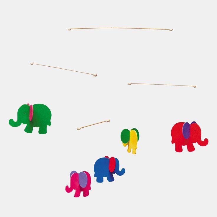 Baby-Mobile Elefanten aus Holz von Selecta. Schlichtes, buntes und leichtes Holzmobile mit kleinen, bunten Elefanten für die ersten Babymonate.