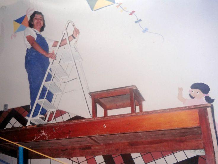 Pintura decorativa - Colégio São Francisco de Assis. Andaime?? Escada sobre mesa que estava sobre mesa que estava sobre escada...