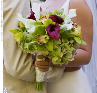 The deep purple orchids, green hydrangeas and ivory calla lilies reminded the couple of the California wine country.